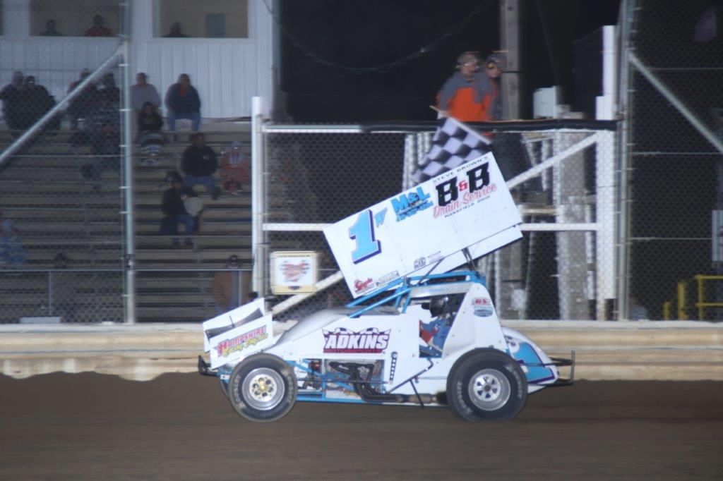 Paul-Weaver-takes-the-checkered-flag-on-the-305-A-Main